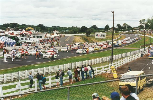 NZ Touring Car Grid – Pukekohe 9 Dec 95. 3rd Fastest Qualifier Baird (inside Row Behind #32 On Pole)